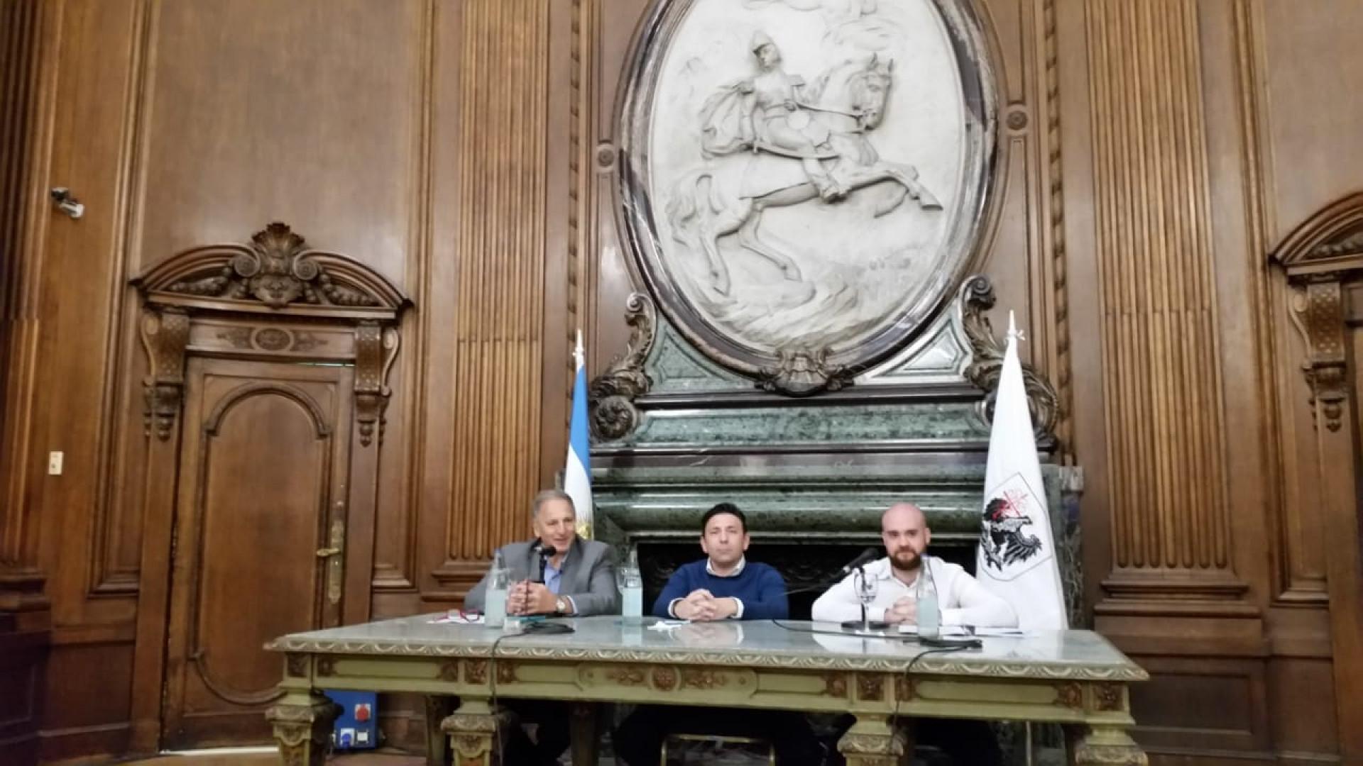 (De izq. a der.) El Dr. Eduardo Melinsky (CPCECABA y FCE-UBA), el legislador Christian Bauab y el funcionario Juan Ignacio Serrats, oradores en el acto de presentación de la Ley